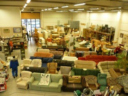 on voit ici la partie magasin du centre soit un grand entrept en grande partie occupe par les canaps matelas et meubles - Emmaus Canape