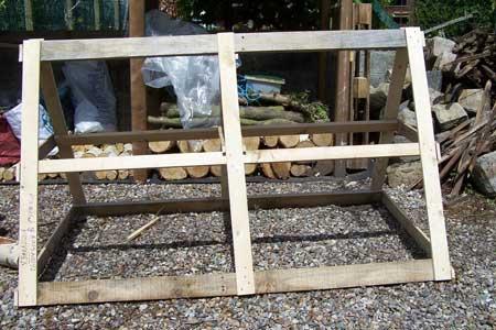Un premier cadre en bois. La « croix » au milieu sera ajoutée à l'étape 7.